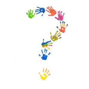 Fragezeichen aus bunten Kinderhänden (Foto-Collage)